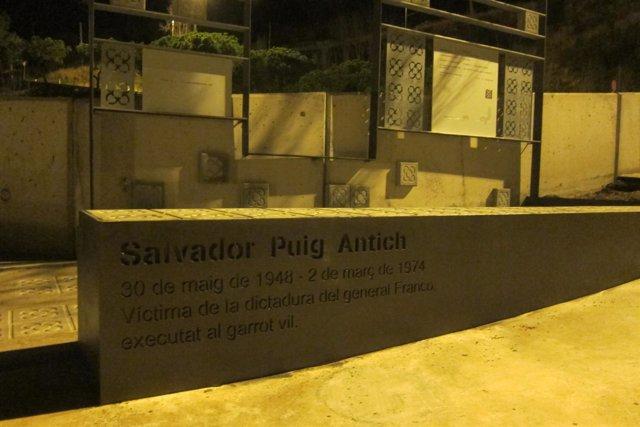 Monumento a Salvador Puig Antich en la plaza que lleva su nombre en Barcelona