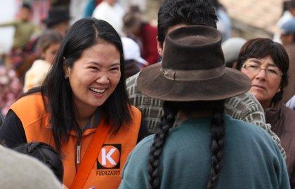 Keiko Fujimori promete unificar Perú, pero persiste la sombra de su padre