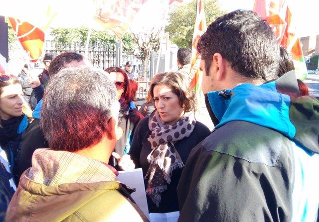 La diputada de IU María del Carmen Pérez con trabajadores de Cetursa