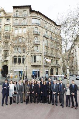 Trabajadores de Deutsche Bank frente a la nueva oficina principal de Barcelona