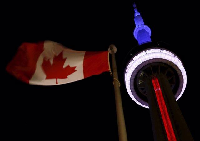 Edicifios se iluminan con la bandera de francia tras los atentados en París