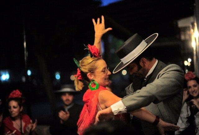 Una pareja bailando una sevillana en Huelva.