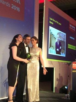 Ignacio Corbera, socio de Garrigues en Londres, recoge el premio en la ceremonia