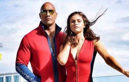 Los vigilantes de la playa: Primera imagen de Alexandra Daddario junto a Dwayne Johnson