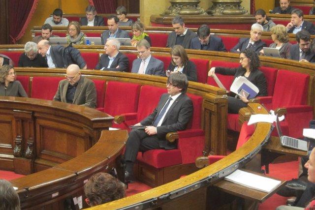 El presidente de la Generalitat, Carles Puigdemont, y el hemiciclo del Parlament
