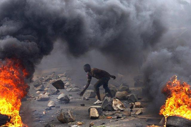 Un hombre en una barricada durante una protesta contra Nkurunziza en Buyumbura