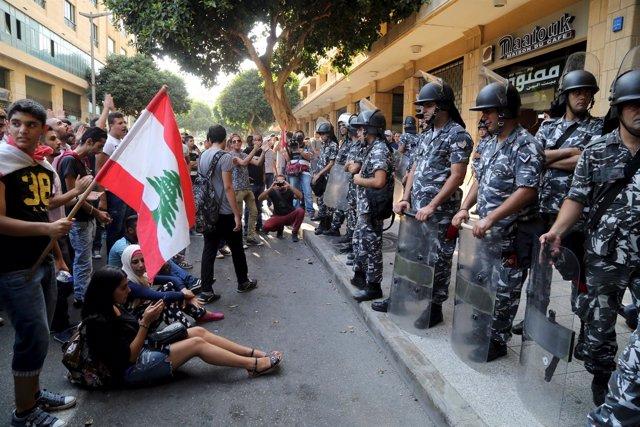 Manifestantes frente al Ministerio de Medio Ambiente libanés en Beirut