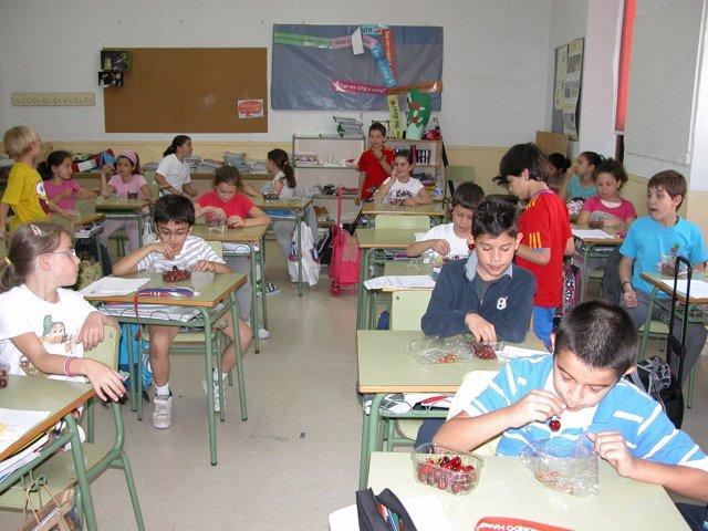 Alumnos extremeños comen fruta en clase