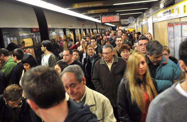 Pasajeros De Metrovalencia En Una De Sus Estaciones