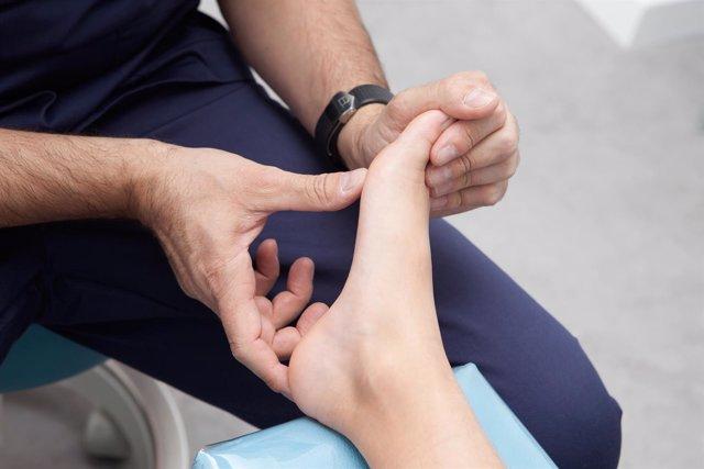 Podólogo examinando un pie