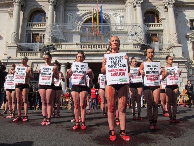 Activistas antitaurinos en su performance en Valencia