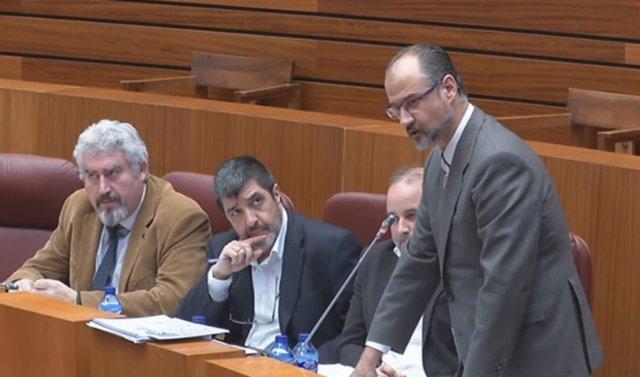 Luis Fuentes, en el Pleno de las Cortes