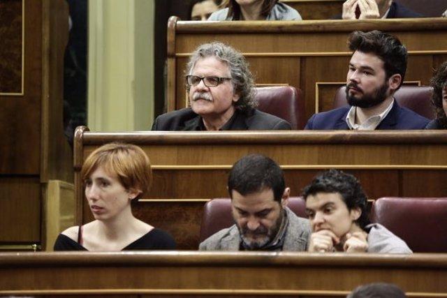 Tardà y Rufián en sus escaños en el hemiciclo