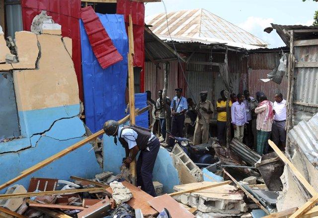 Policía somalí en medio de escombros