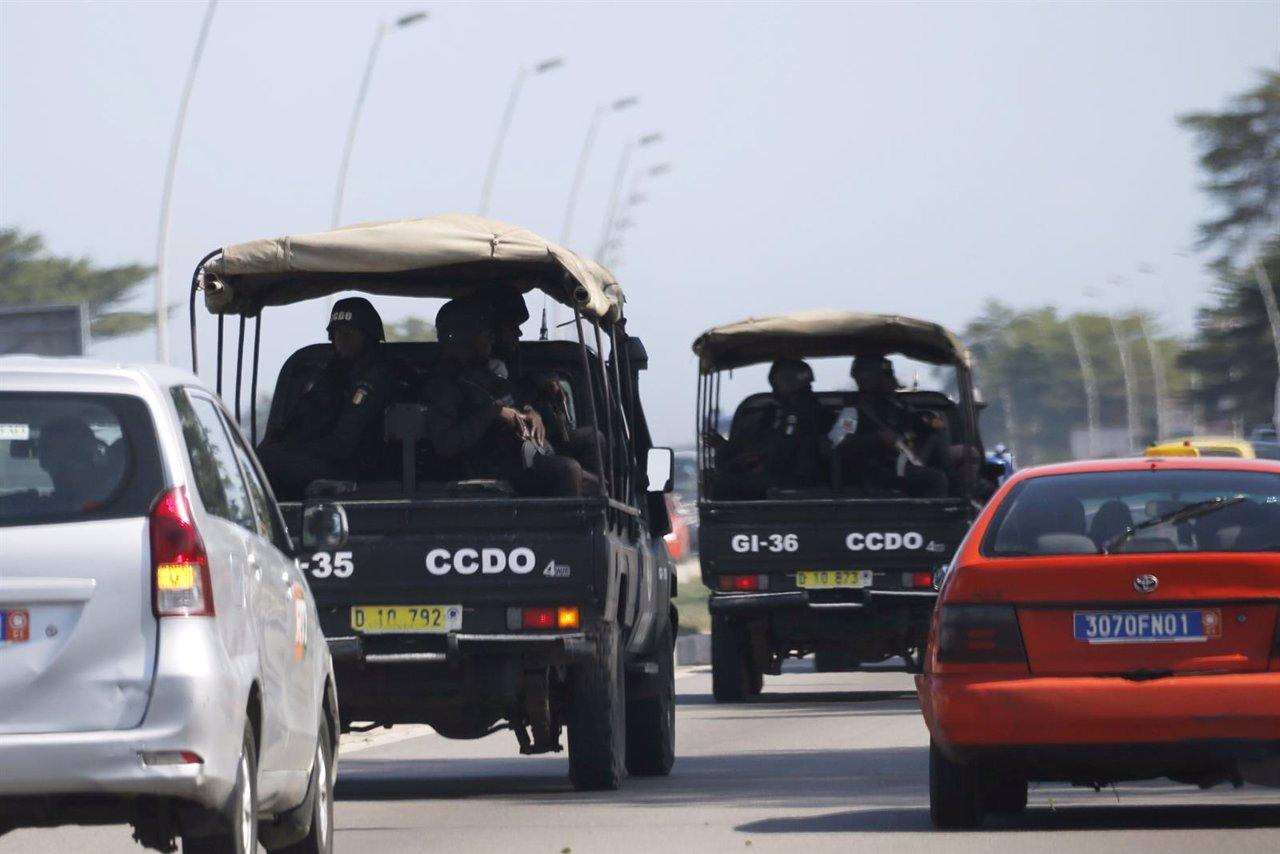 Fuerzas de seguridad conducen hacia Grand Bassam tras el ataque en Costa de Marf