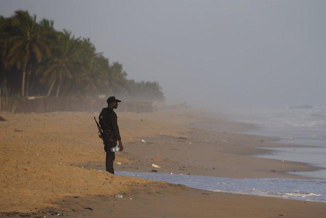 Un militar en una playa atacada en Costa de Marfil