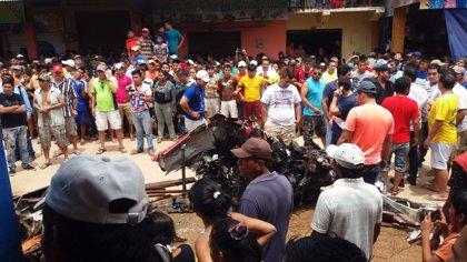 Seis muertos al estrellarse una avioneta en un mercado de Bolivia