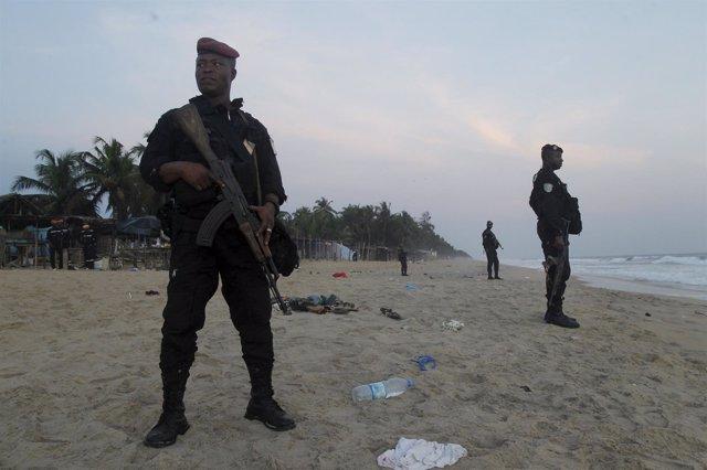 Miliares de guardia en  una playa de Grand Bassam