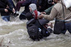 """Save the Children denuncia la devolución a Grecia de niños """"tiritando, mojados y desorientados"""""""