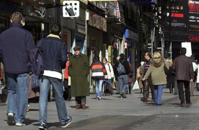 Gente, madrileños, ciudadanos paseando por Madrid
