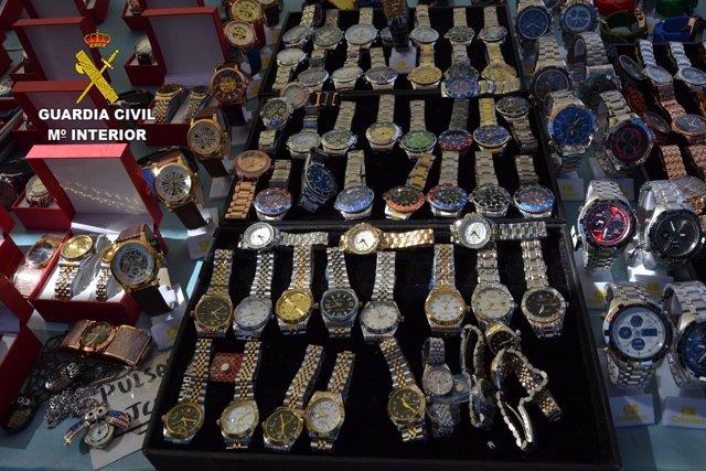 e708b4df334c Detenidas ocho personas en Gran Canaria por vender ropa y relojes  falsificados