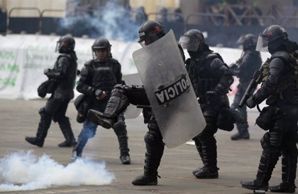 Protesta en Bogotá contra la política económica del Gobierno concluye con enfrentamientos
