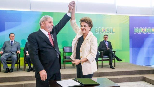 Dilma Rousseff y Luiz Inacio Lula da Silva durante la toma de posesión