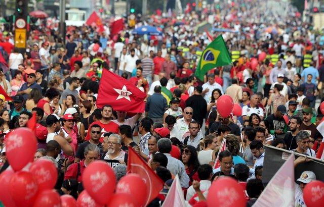 Manifestación a favor de Rousseff y Lula