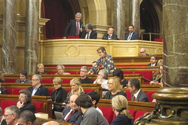 La diputada de la CUP Mireia Vehí pregunta al conseller Mundó durante el pleno