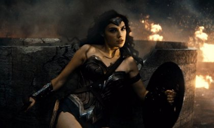 Batman v Superman: Wonder Woman presume de brazaletes de poder