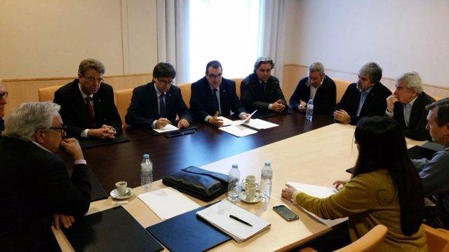 El pte.C.Puigdemont preside el seguimiento del accidente de autocar de Freginals