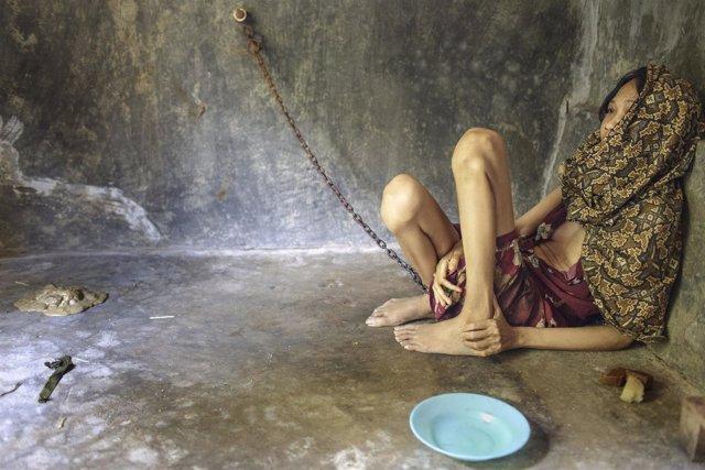Una mujer encadenada en una habitación de un centro de Java Oriental