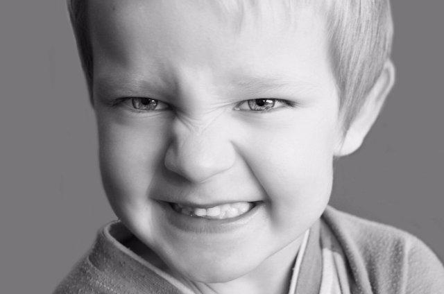 Niño apretando los dientes, bruxismo diurno