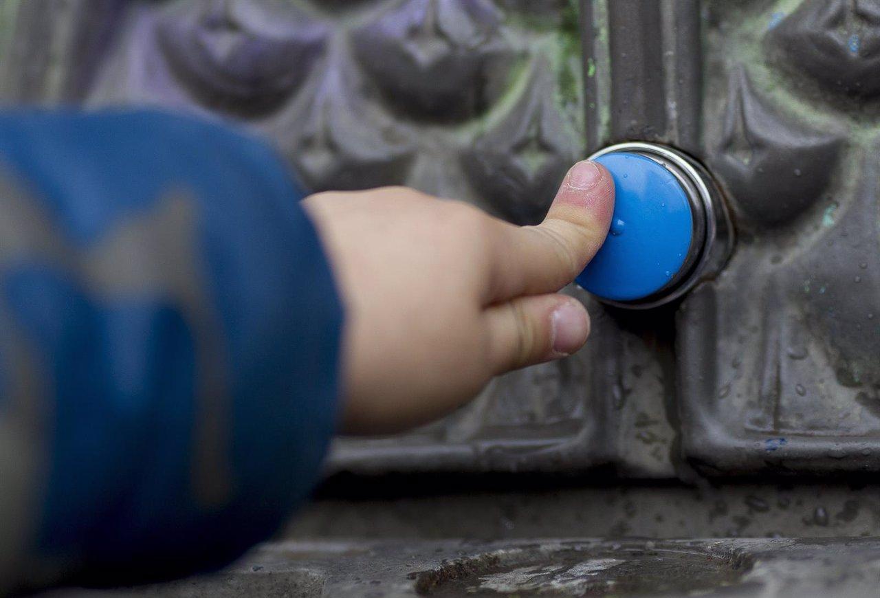 Un niño en una fuente de agua