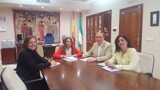 Ruiz (centro) durante el encuentro mantenido con el alcalde de Palma del Río