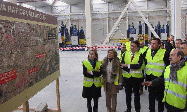 Óscar Puente y otras autoridades observan un Plano del complejo ferroviario