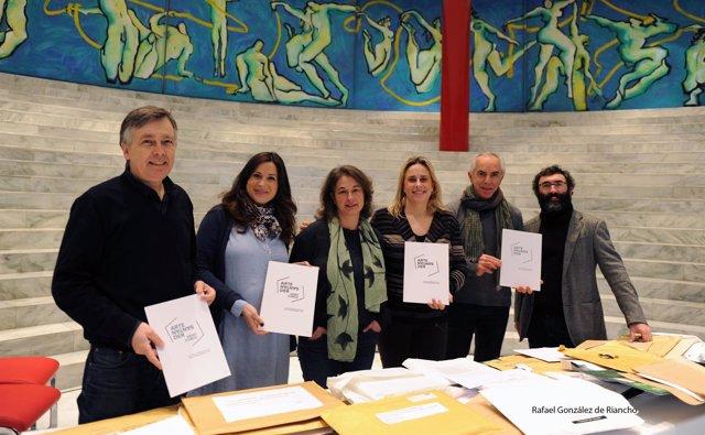Jurado y autoridades con ejemplares del logotipo 'Joli'