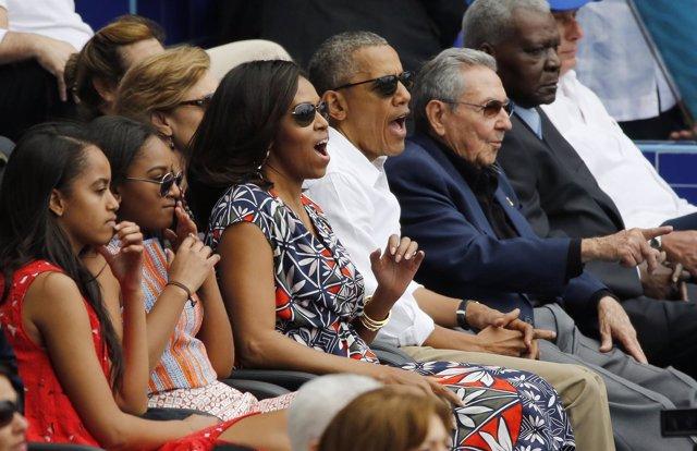 La familia Obama y Raúl Castro en un partido de béisbol