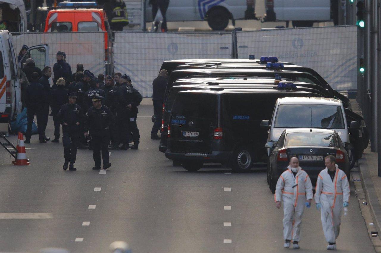 Expertos forenses cerca de la estación de metro de Maalbeek