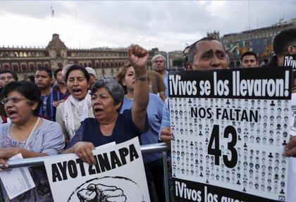 Los padres de los 43 normalistas de Ayotzinapa dicen que llevan 18 meses de 'vía crucis'