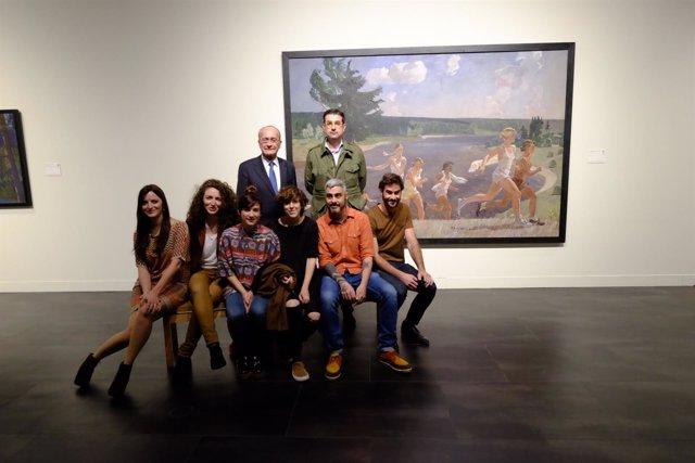 De la Torre junto a artistas malagueños en el Museo Ruso