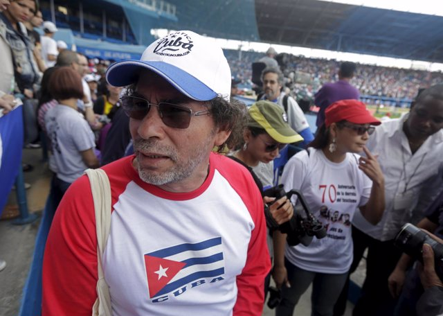 Pastor Alape en partido de béisbol en Cuba