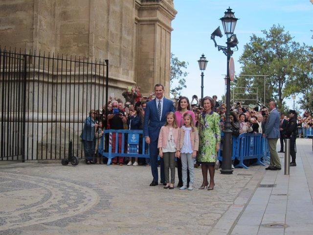 La familia real a su  llegada a la Catedral de Palma para la misa de Pascua