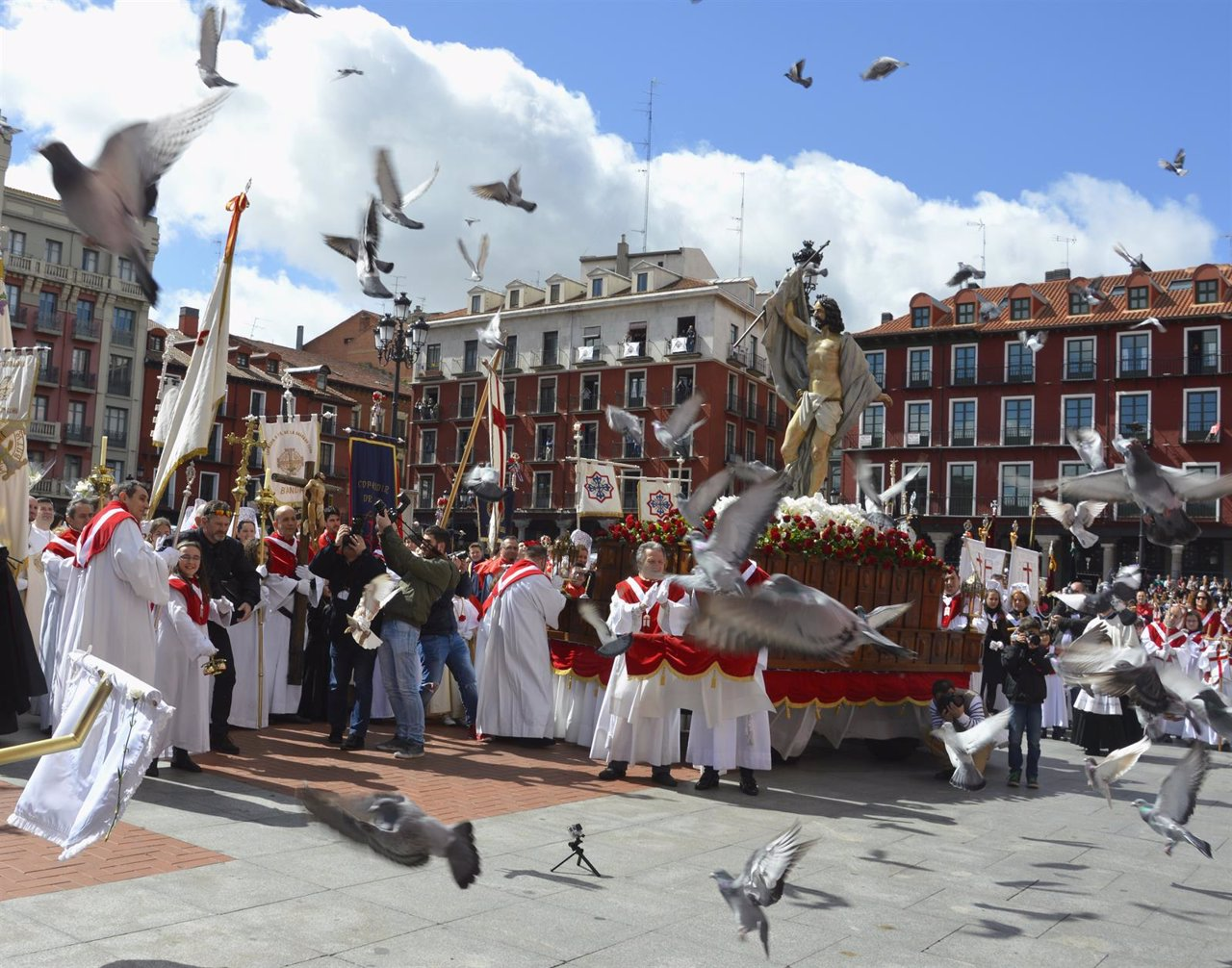 Las palomas vuelan en la Plaza Mayor en el momento del encuentro