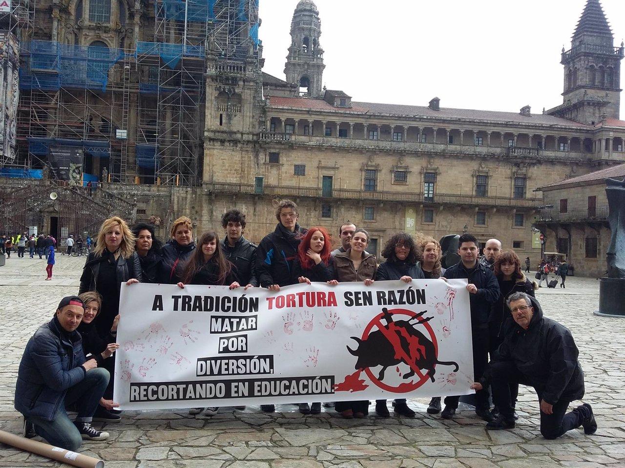 Activistas antitaurinos durante la performance en la Praza do Obradoiro