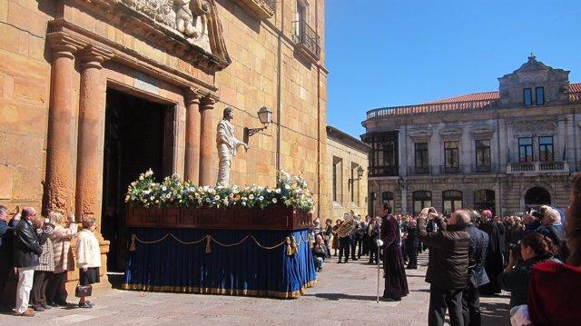 Salida de Jesús Resucitado del Claustro de la Catedral.