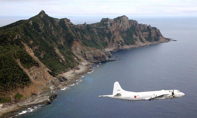 Avión militar japonés sobrevuela las disputadas islas Senkaku