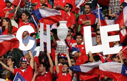 Chile golea 4-1 de visitante a Venezuela con dobletes de Pinilla y Vidal
