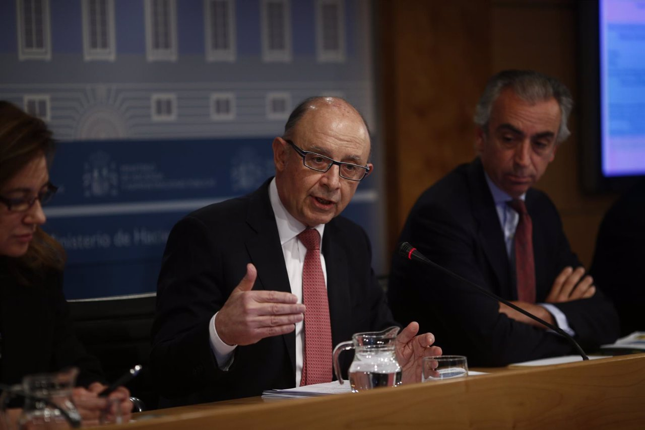 Cristóbal Montoro presenta el déficit del 2015