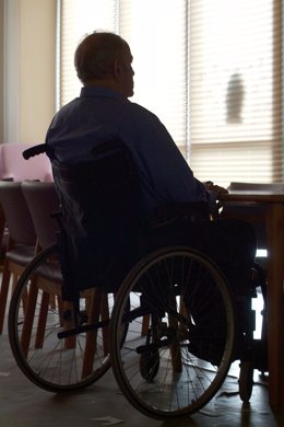 Hombre en silla de ruedas